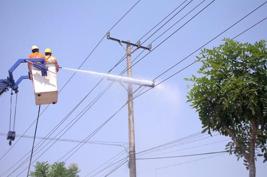 Vệ sinh cách điện hotline: Bước đột phá trong lưới điện